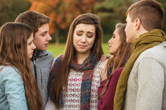 Друзья утешая плача девушку Стоковое Изображение RF