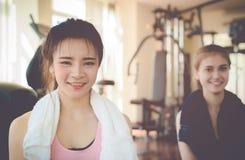 Друзья фитнеса сидя в спортзале фитнеса Стоковая Фотография