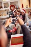 Друзья фотографируют рождество на телефоне Стоковые Фотографии RF