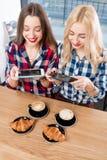 Друзья фотографируя кофе Стоковое фото RF