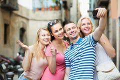Друзья фотографируя собственной личности с мобильным телефоном Стоковое Фото