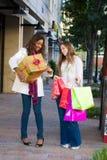 друзья ходя по магазинам 2 женщины Стоковые Изображения RF