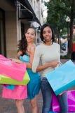 друзья ходя по магазинам 2 женщины Стоковые Фото