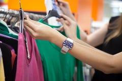 Друзья ходя по магазинам, крупный план Стоковая Фотография RF