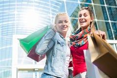Друзья ходя по магазинам с сумками в городе Стоковые Фотографии RF