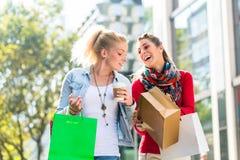 Друзья ходя по магазинам с сумками в городе Стоковые Фото