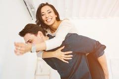 Друзья человека и женщины имея потеху Приятельство, остатки, приурочивает совместно, околпачивает вокруг стоковое изображение