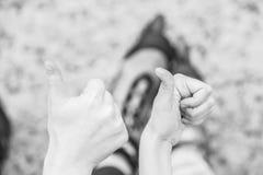 Друзья людей с коньками ролика внешними Стоковое Изображение