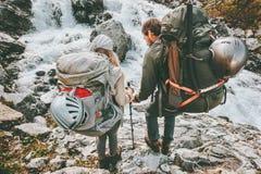 Друзья backpackers пар в горах Стоковые Изображения RF
