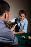 Друзья clinking бутылки пива на таблице снукера Стоковые Изображения