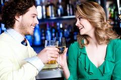 Друзья enhoying пить в ночном клубе Стоковое Фото