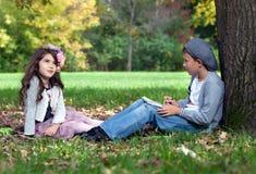 Друзья outdoors Стоковое Изображение RF