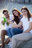 Друзья partying и имея потеха на пляже на лете Стоковая Фотография