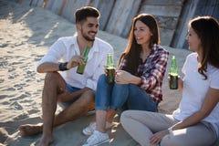 Друзья partying и имея потеха на пляже на лете Стоковые Фото