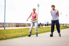 Друзья rollerblading совместно имеют потеху в парке Стоковые Фотографии RF