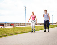 Друзья rollerblading совместно имеют потеху в парке Стоковое Фото