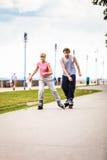 Друзья rollerblading совместно имеют потеху в парке Стоковые Изображения RF