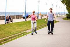Друзья rollerblading совместно имеют потеху в парке Стоковое фото RF