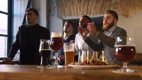 4 друз веселя для их любимой футбольной команды в фронте состава пищи состояли из темноты сток-видео