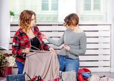 2 друз выбирая одежды ее шкафа Концепция fas Стоковое Фото