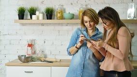 2 друз в кухне Стоковое фото RF