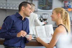 2 друз говоря в кафе Стоковая Фотография