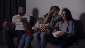 4 друз есть попкорн, выпивая фильм ужасов вахты пива совместно и очень увлечены и вспугнутый, сидите все еще видеоматериал
