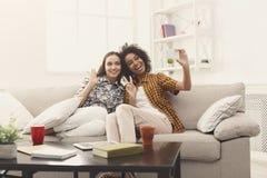 2 друз женщины делая selfie на черни Стоковые Фотографии RF