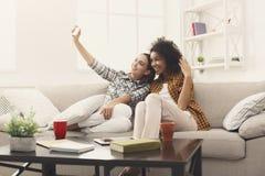 2 друз женщины делая selfie на черни Стоковые Фото