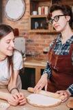 2 друз женщин варя обедающий и говоря на отечественной кухне Стоковая Фотография