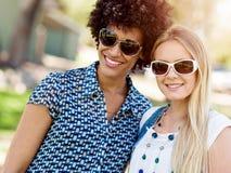 2 друз женщин в парке Стоковое Изображение