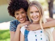 2 друз женщин в парке Стоковое Изображение RF