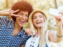 2 друз женщин в парке Стоковая Фотография