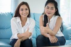 2 друз женщин конкурсных возбудили счастливое жизнерадостное и усмехаться Стоковое Изображение RF
