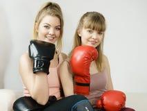 2 друз женщин нося перчатки бокса Стоковое Изображение RF