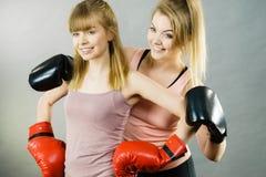 2 друз женщин нося перчатки бокса Стоковые Фото
