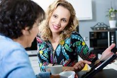 2 друз женщин смотря цифровую таблетку Стоковое Фото