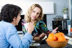2 друз женщин смотря цифровую таблетку Стоковое Изображение RF