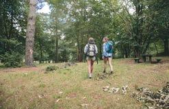 2 друз женщин с идти рюкзаков Стоковые Изображения RF