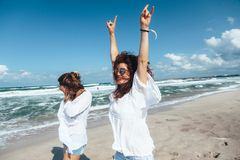 2 друз идя на пляж Стоковые Фото