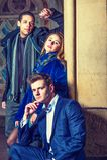 3 друз: 2 молодого человека и одна молодая женщина Стоковое фото RF