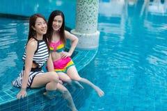 2 друз молодых женщин наслаждаются в бассейне Стоковое Изображение RF