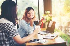 2 друз наслаждаясь кофе совместно в кофейне Стоковая Фотография RF