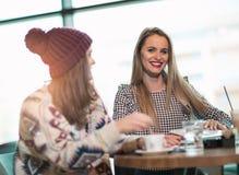2 друз наслаждаясь кофе совместно Стоковые Изображения RF