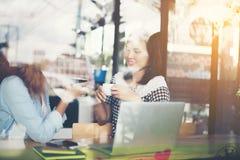 2 друз наслаждаясь работать вместе с отражением окна внутри Стоковое Изображение