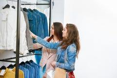 2 друз покупая одежды в магазине Стоковое Фото