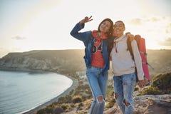 2 друз принимая удовольствие в путешествовать Стоковая Фотография RF