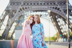 2 друз принимая selfie около Эйфелевой башни в Париже, Франции Стоковая Фотография