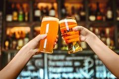 2 друз провозглашать с стеклами светлого пива на пабе Красивая предпосылка зерна Oktoberfest точного Стоковые Фото