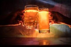 2 друз провозглашать (clinking) с стеклами светлого пива на пабе Красивая предпосылка с запачканным взглядом флага Германии Стоковые Фото